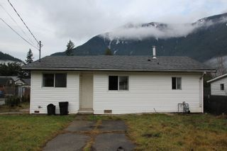 Photo 1: 274 CARIBOO Avenue in Hope: Hope Center House for sale : MLS®# R2426131