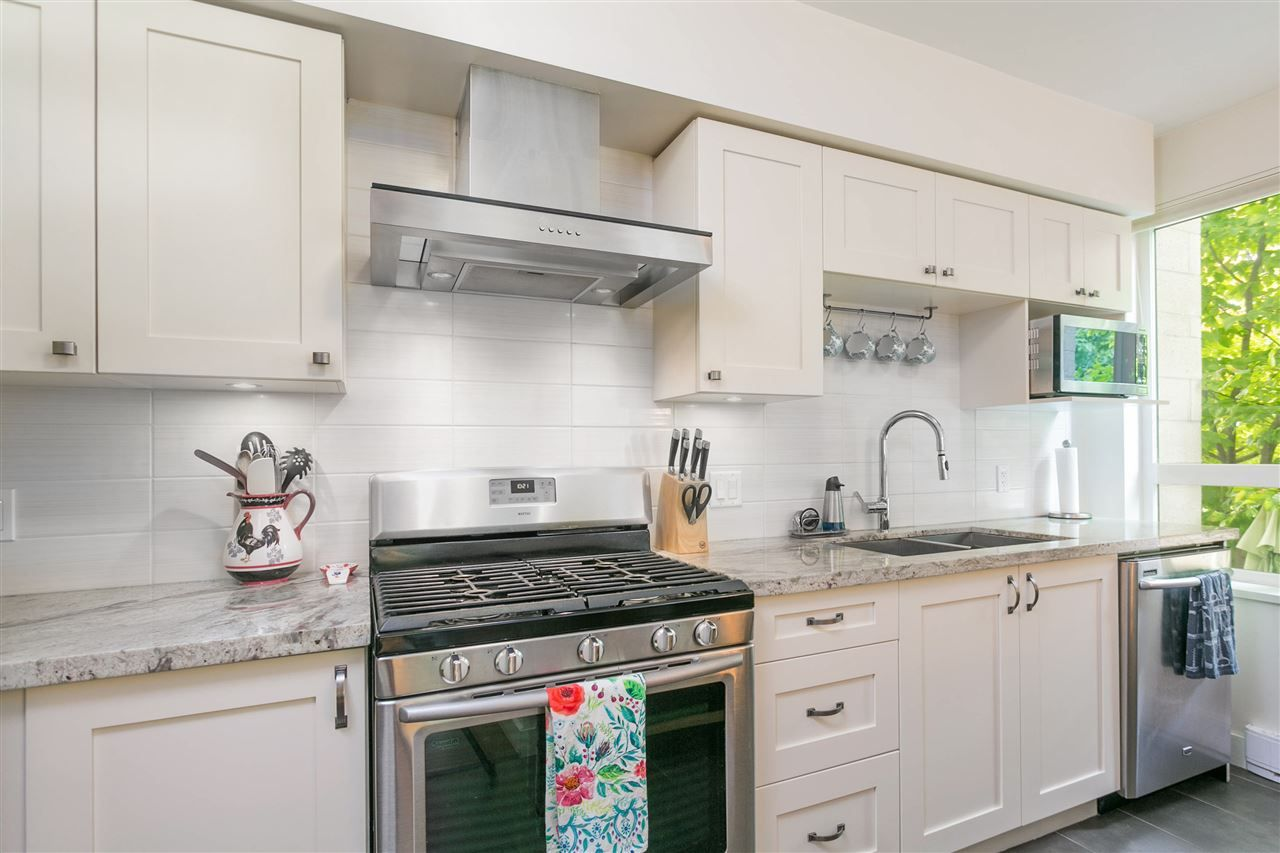 """Photo 5: Photos: 401 E 16TH Avenue in Vancouver: Mount Pleasant VE Condo for sale in """"Sixteen East"""" (Vancouver East)  : MLS®# R2494870"""