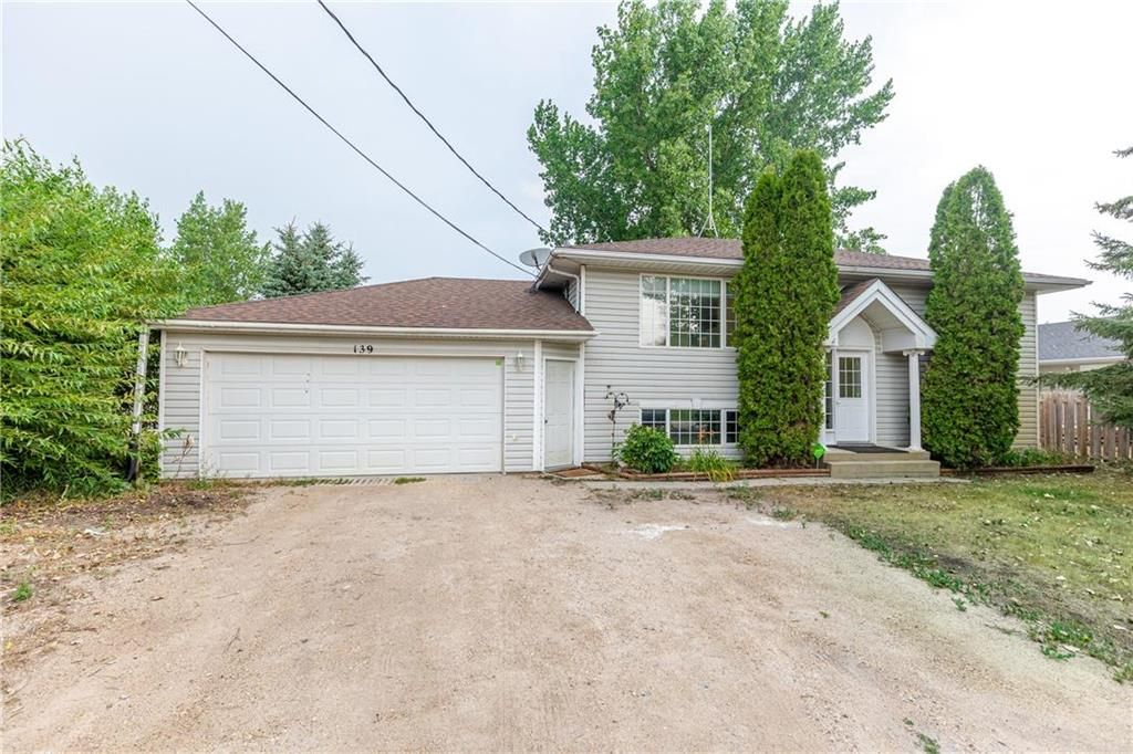 Main Photo: 139 FOURTH Avenue in Blumenort: R16 Residential for sale : MLS®# 202119889