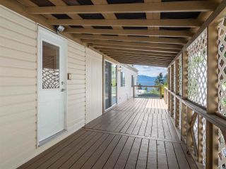 """Photo 4: 7 12248 SUNSHINE COAST Highway in Madeira Park: Pender Harbour Egmont Manufactured Home for sale in """"SEVEN ISLES"""" (Sunshine Coast)  : MLS®# R2604086"""