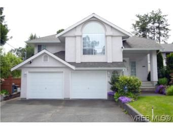 Main Photo: 1031 Jasmine Ave in VICTORIA: SW Strawberry Vale House for sale (Saanich West)  : MLS®# 541775