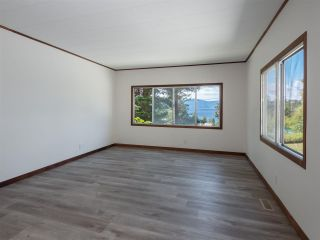 """Photo 7: 7 12248 SUNSHINE COAST Highway in Madeira Park: Pender Harbour Egmont Manufactured Home for sale in """"SEVEN ISLES"""" (Sunshine Coast)  : MLS®# R2604086"""
