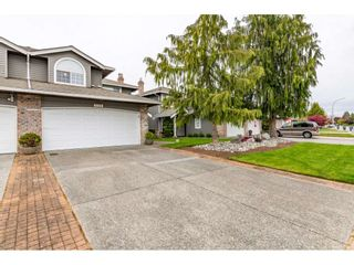 """Photo 2: 6139 W BOUNDARY Drive in Surrey: Panorama Ridge Townhouse for sale in """"LAKEWOOD GARDENS"""" : MLS®# R2452648"""
