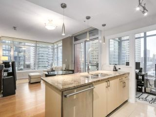 """Photo 3: 1202 1211 MELVILLE Street in Vancouver: Coal Harbour Condo for sale in """"The Ritz"""" (Vancouver West)  : MLS®# R2223413"""