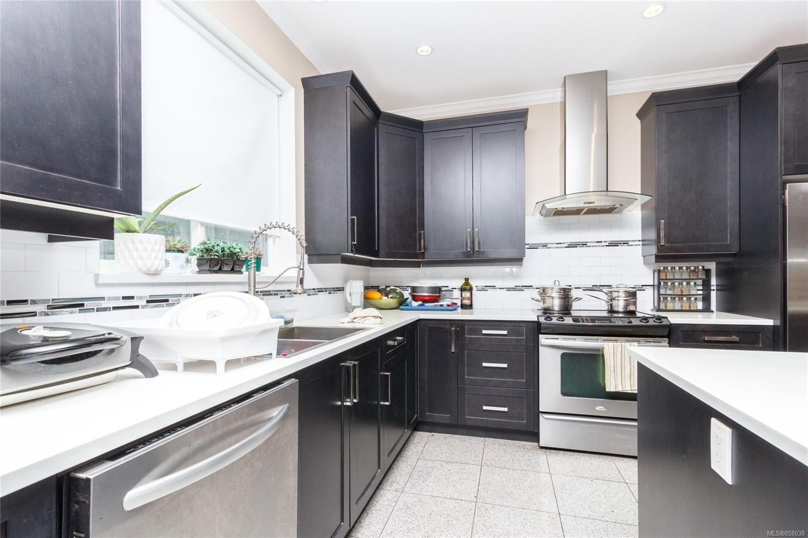 Main Photo: 558 Bezanton Way in : Co Latoria House for sale (Colwood)  : MLS®# 858038