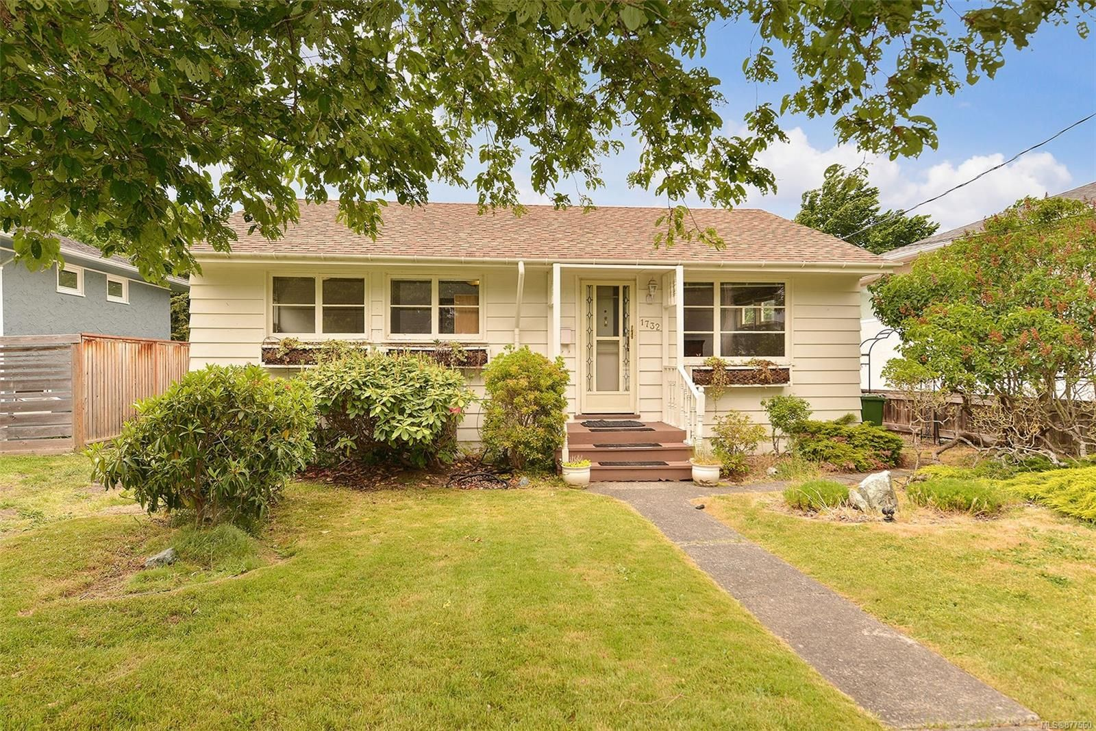 Main Photo: 1732 AMPHION St in : Vi Jubilee House for sale (Victoria)  : MLS®# 877560