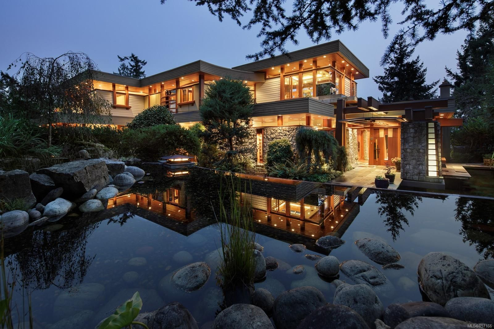 Main Photo: 629 Senanus Dr in : CS Inlet House for sale (Central Saanich)  : MLS®# 857166