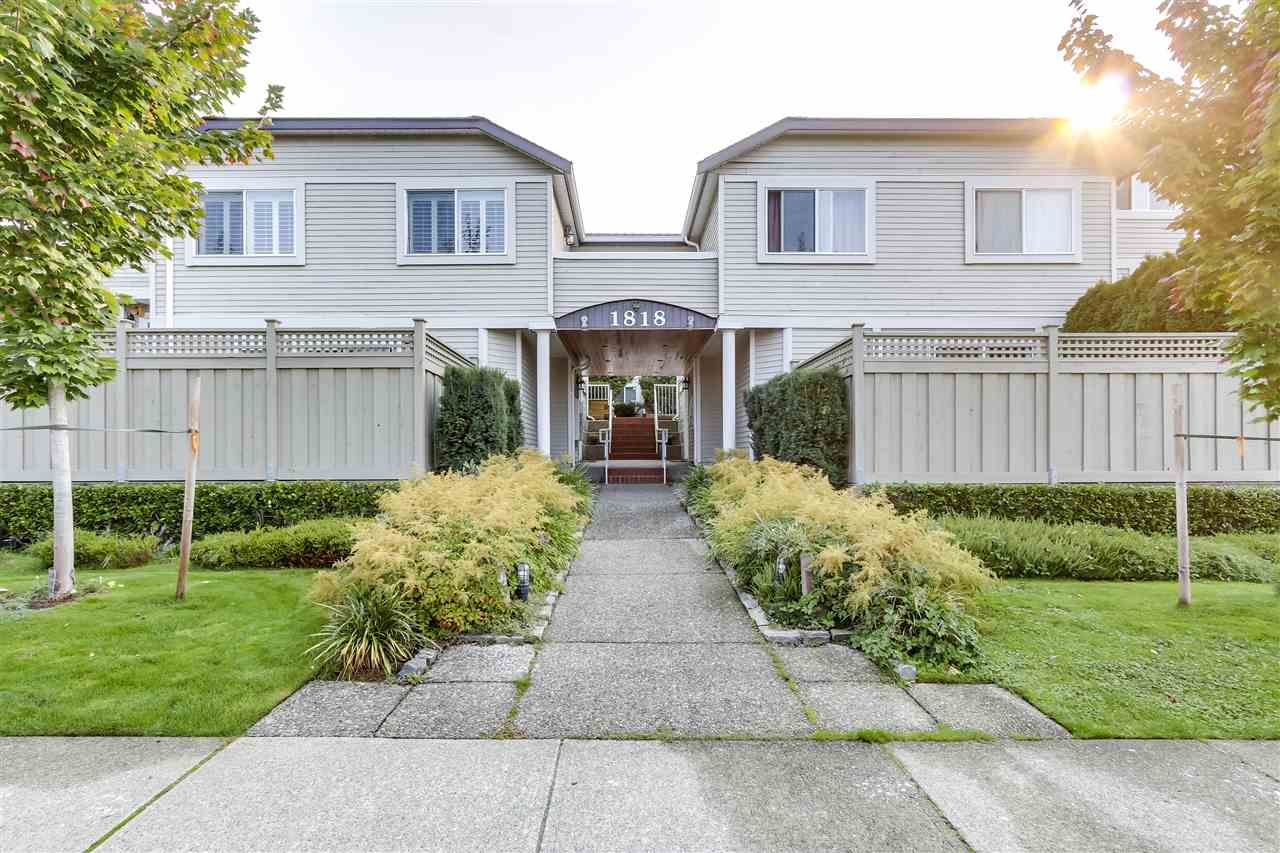 """Main Photo: 11 1818 CHESTERFIELD Avenue in North Vancouver: Central Lonsdale Townhouse for sale in """"Chesterfield Court"""" : MLS®# R2504453"""