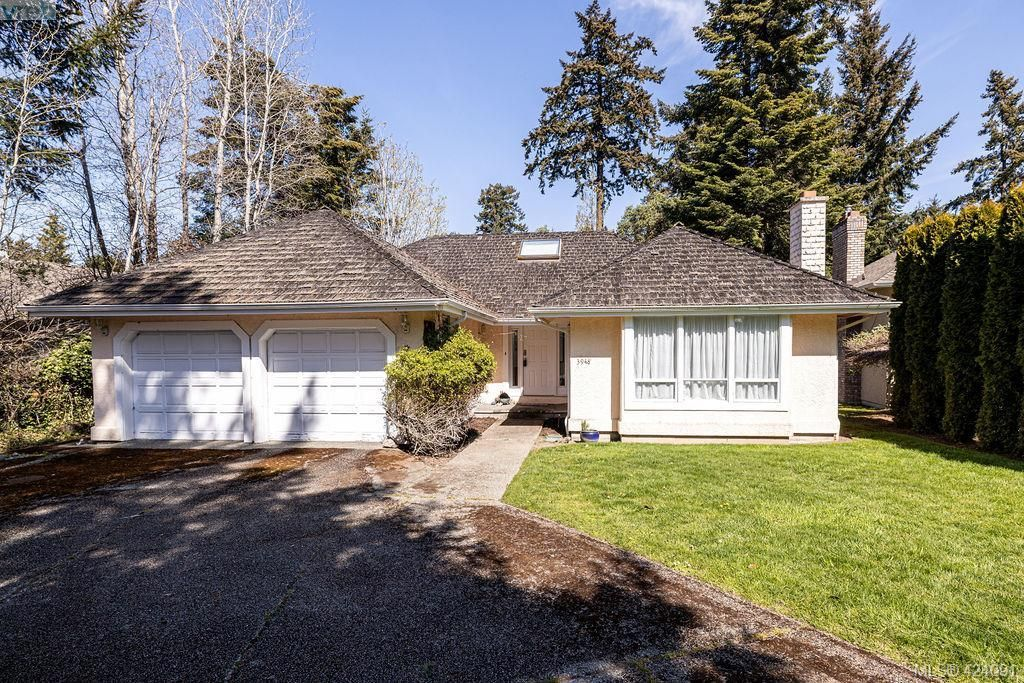 Main Photo: 3948 Scolton Lane in VICTORIA: SE Queenswood House for sale (Saanich East)  : MLS®# 837541