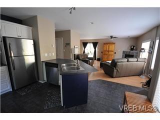Photo 3: 846 Finlayson Street in Victoria: Vi Mayfair Strata Duplex Unit for sale : MLS®# 297312