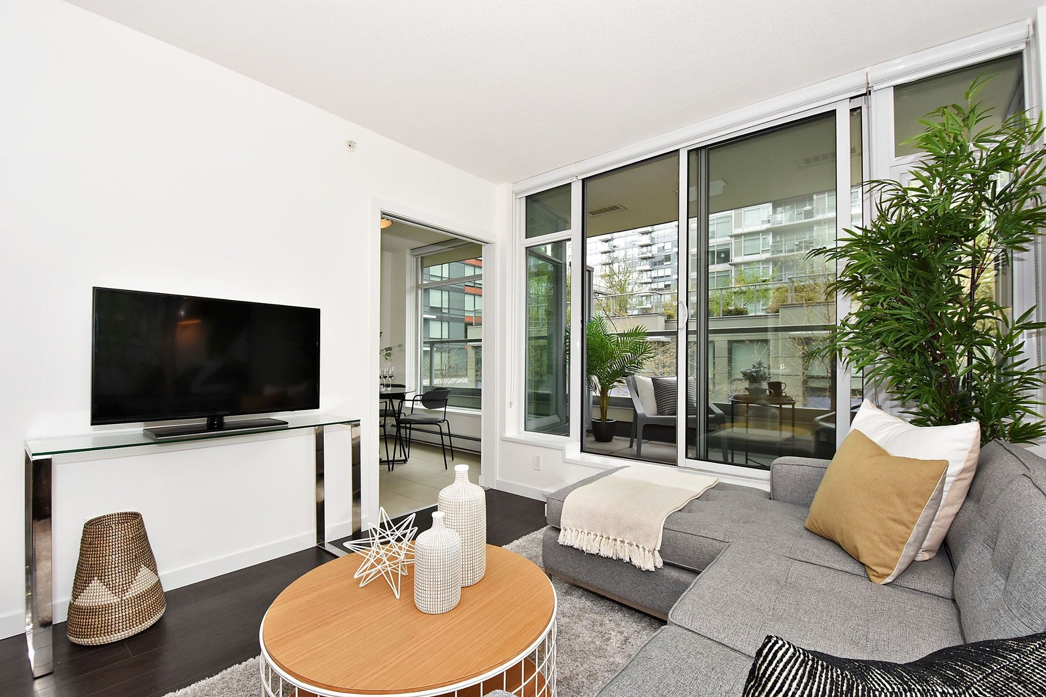"""Photo 4: Photos: 306 138 W 1ST Avenue in Vancouver: False Creek Condo for sale in """"WALL CENTRE FALSE CREEK"""" (Vancouver West)  : MLS®# R2360592"""
