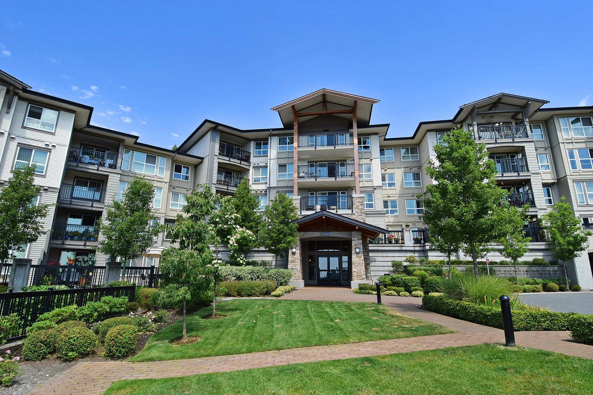 "Main Photo: 207 3050 DAYANEE SPRINGS Boulevard in Coquitlam: Westwood Plateau Condo for sale in ""BRIDGES"" : MLS®# R2444920"