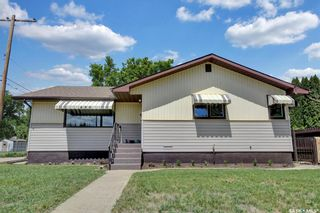 Photo 1: 480 Iroquois Street West in Moose Jaw: Westmount/Elsom Residential for sale : MLS®# SK860047