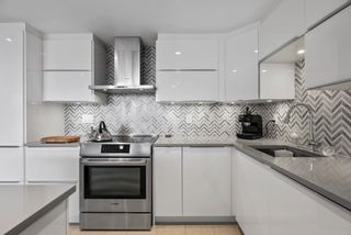 """Photo 3: 510 1490 PENNYFARTHING Drive in Vancouver: False Creek Condo for sale in """"Harbour Cove"""" (Vancouver West)  : MLS®# R2618903"""