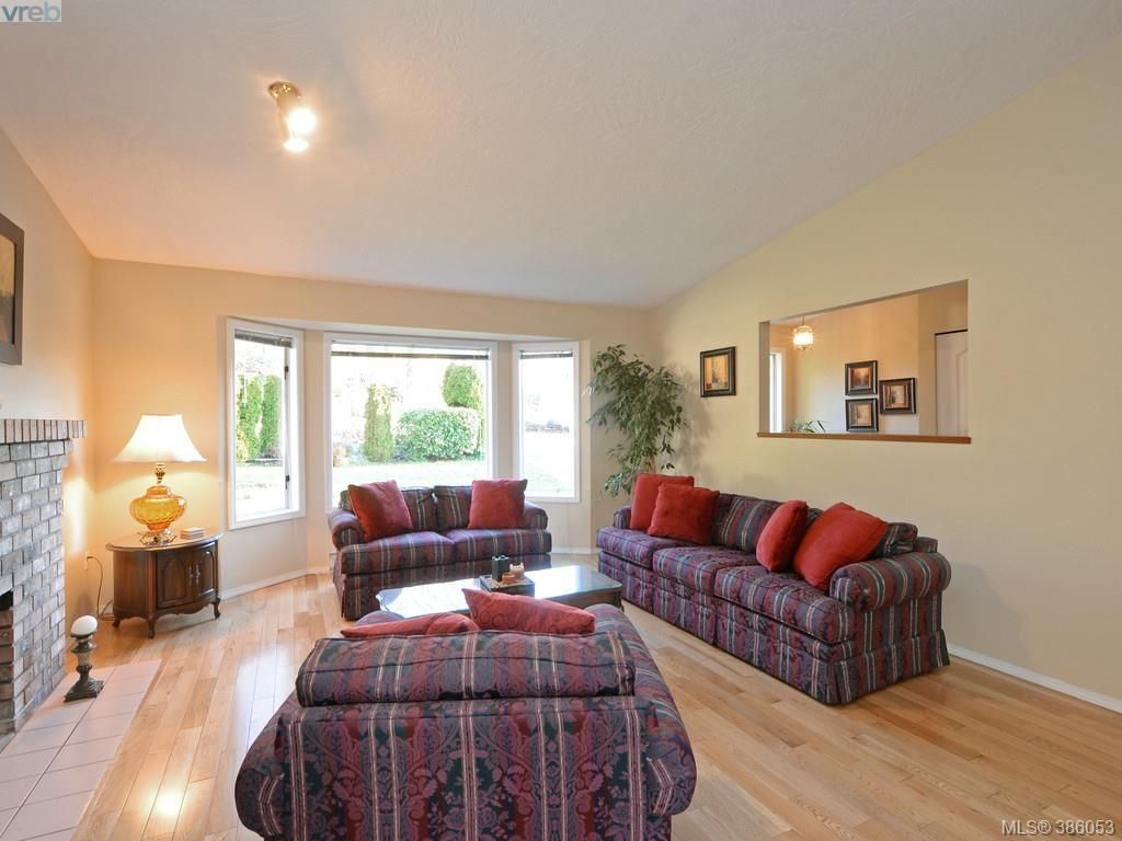 Photo 5: Photos: 11 Quincy St in VICTORIA: VR Hospital House for sale (View Royal)  : MLS®# 775790