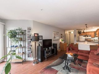 """Photo 7: 406 74 RICHMOND Street in New Westminster: Fraserview NW Condo for sale in """"Governors Court"""" : MLS®# R2407457"""