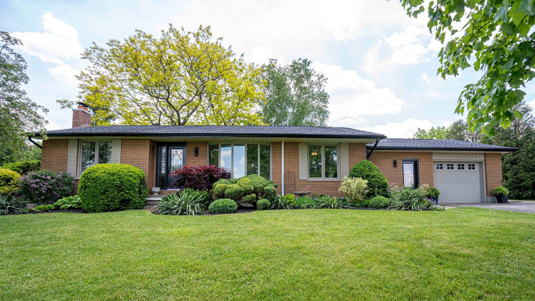 Main Photo: 5011 Avon Drive in Springfield: Residential for sale : MLS®# 40122468