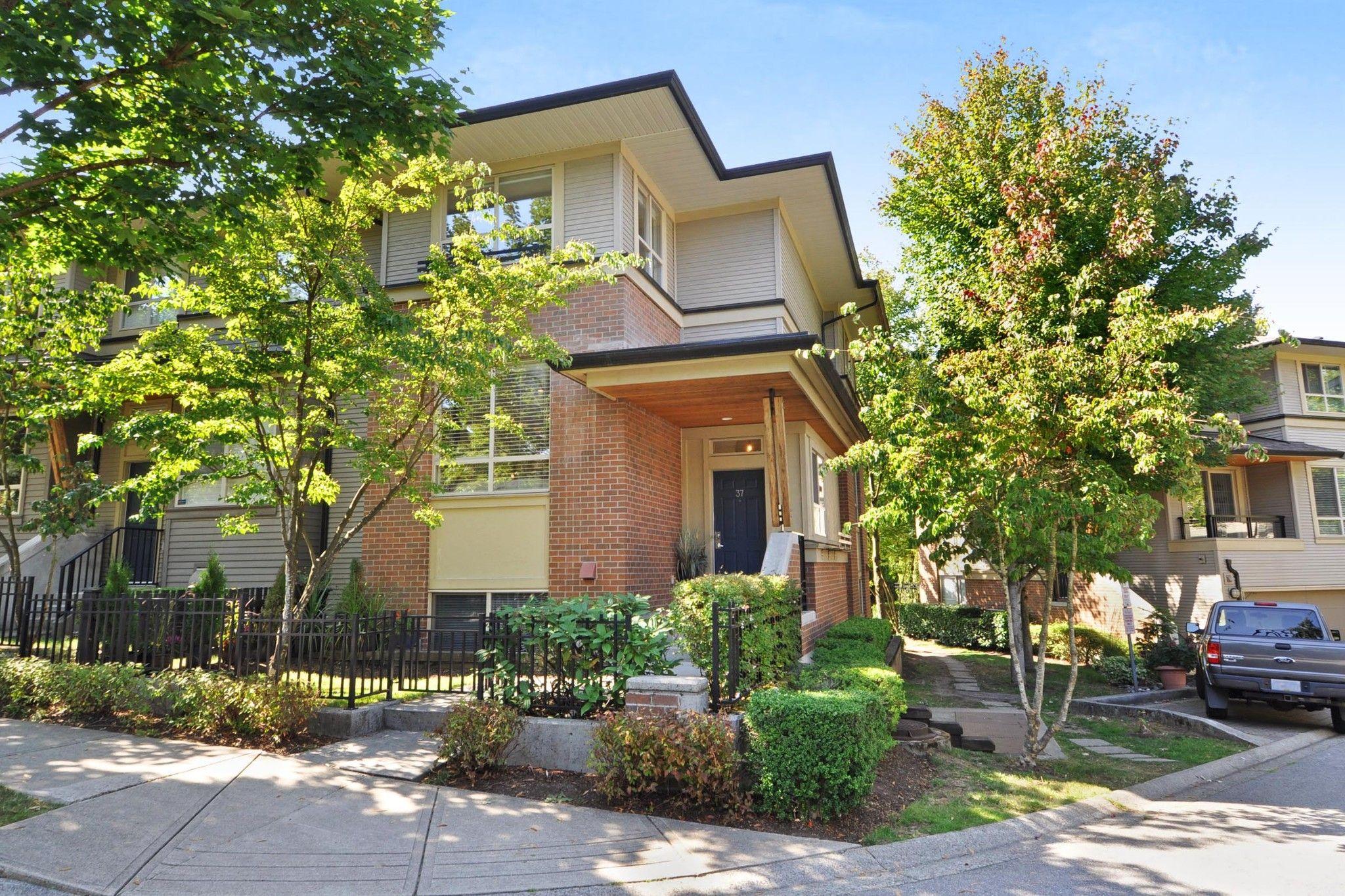 """Main Photo: 37 100 KLAHANIE Drive in Port Moody: Port Moody Centre Townhouse for sale in """"INDIGO"""" : MLS®# R2303018"""