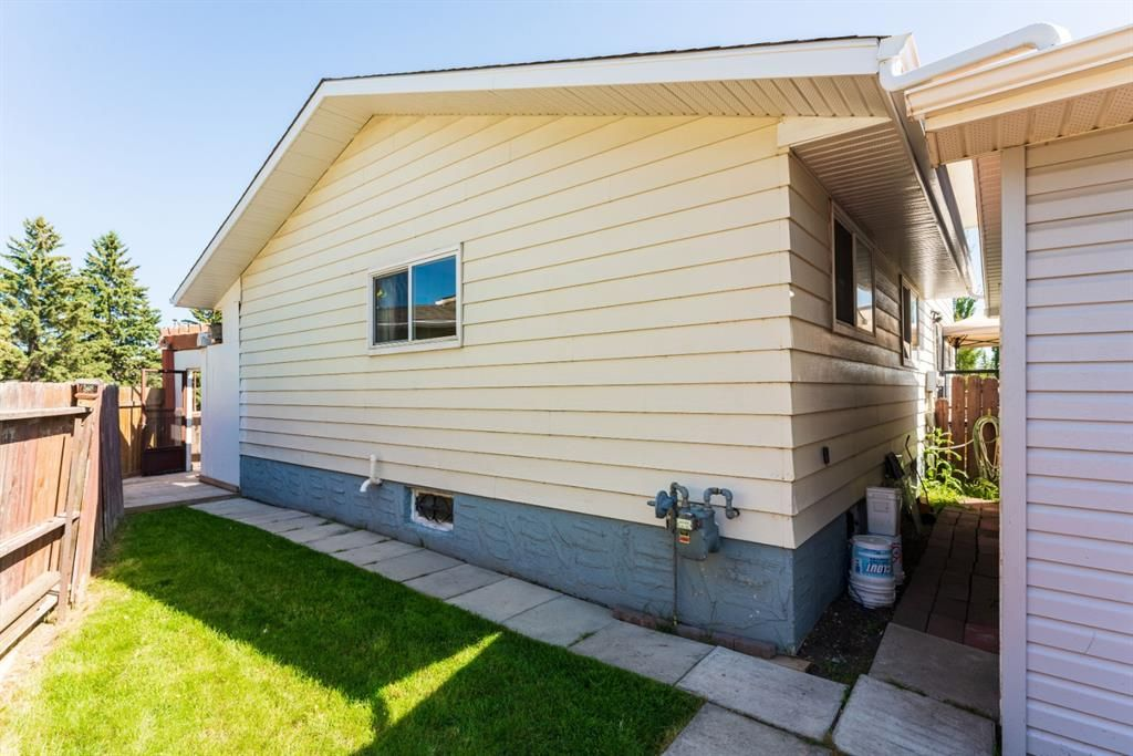 Photo 28: Photos: 534 QUEENSLAND Place SE in Calgary: Queensland Semi Detached for sale : MLS®# A1020359