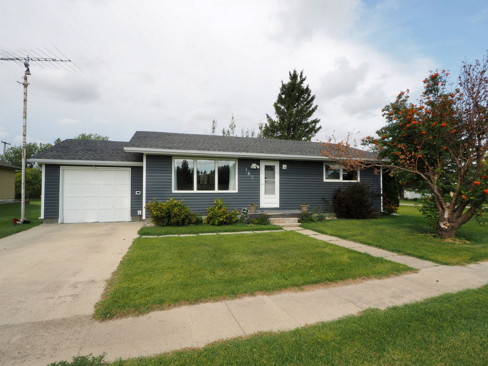 Main Photo: 165 Broadway Street in Holland: House for sale : MLS®# 202021082