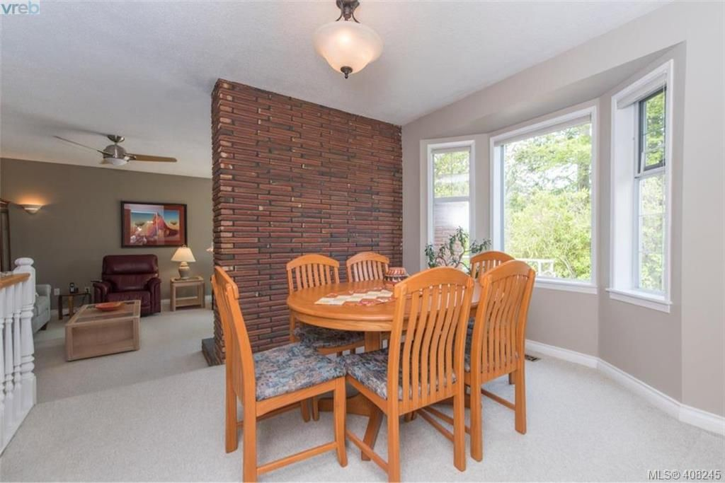 Photo 5: Photos: 546 Roseridge Pl in VICTORIA: SW Northridge House for sale (Saanich West)  : MLS®# 811318