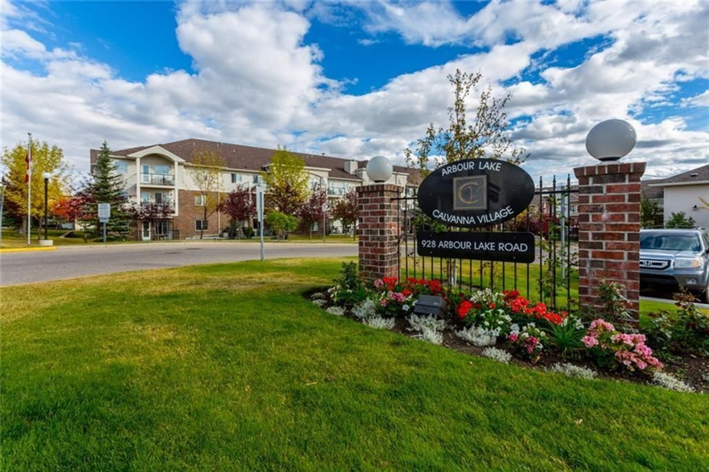 Welcome to Calvannah Village. Exceptionally well run well maintained Arbour Lake +50 community with lake access.