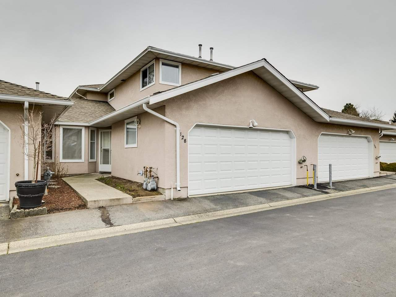 Main Photo: 128 15501 89A AVENUE in Surrey: Fleetwood Tynehead Townhouse for sale : MLS®# R2540692