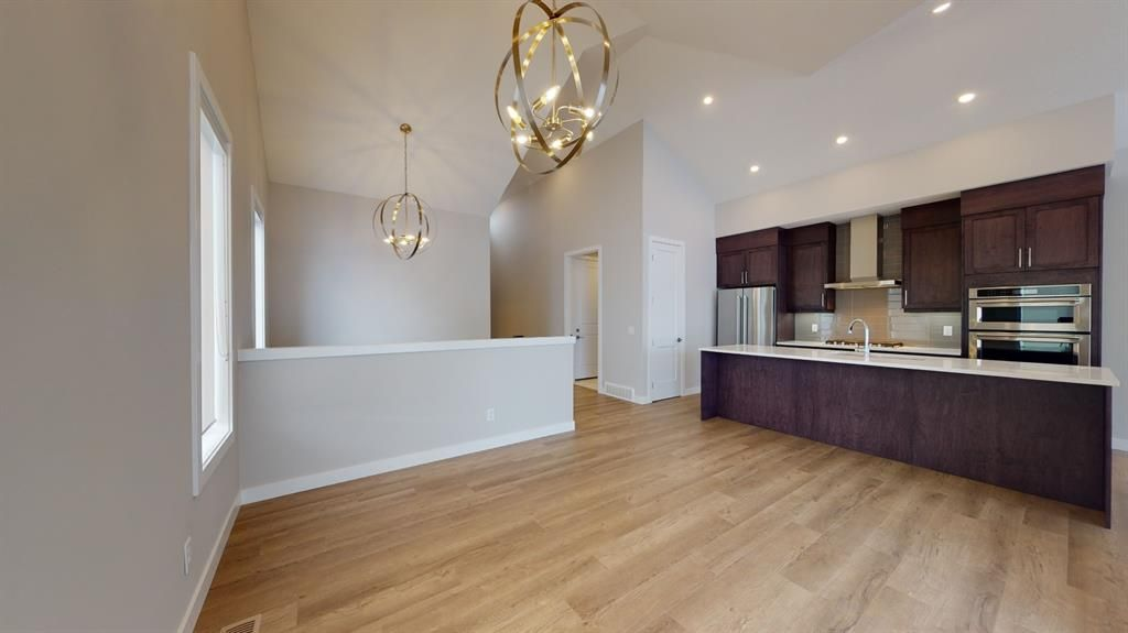 Photo 10: Photos: 38 Crestridge Bay SW in Calgary: Crestmont Row/Townhouse for sale : MLS®# A1073636