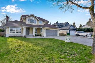 """Photo 3: 6219 189TH STREET Street in Surrey: Cloverdale BC House for sale in """"Eaglecrest"""" (Cloverdale)  : MLS®# R2549565"""