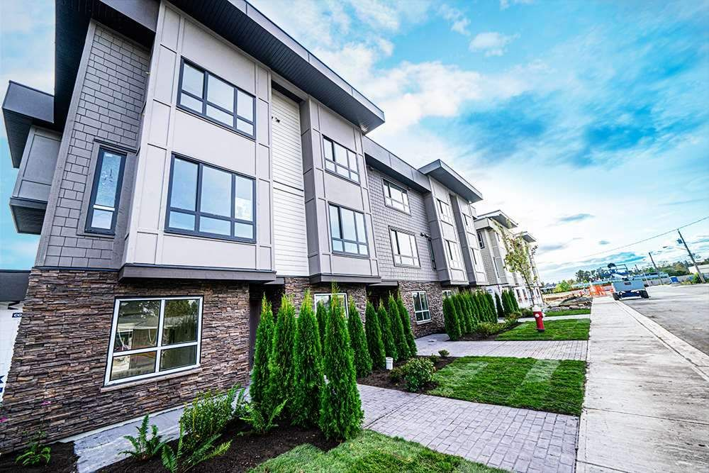 Main Photo: 8 19670 55A Avenue in Langley: Langley City Townhouse for sale : MLS®# R2418833