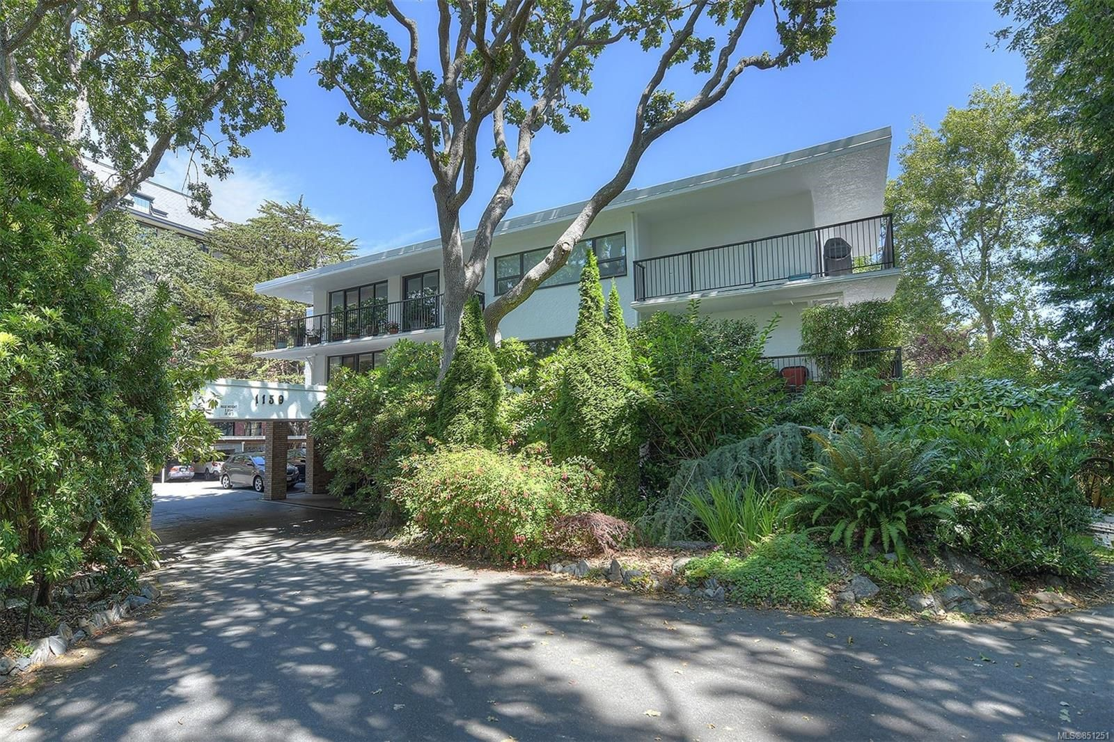 Main Photo: 406 1159 Beach Dr in : OB South Oak Bay Condo for sale (Oak Bay)  : MLS®# 851251