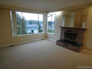 Photo 3: 580 Peto Place in Victoria: SW Glanford House for sale (Saanich West)