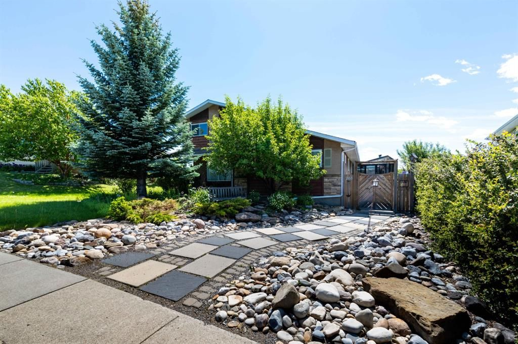 Located steps away from major shopping, walking distance to Glenbow Elementary School,  walking trails and the Bow River