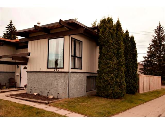 Main Photo: 229 QUEENSLAND Drive SE in Calgary: Queensland House for sale : MLS®# C4022795