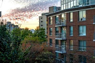 """Photo 2: 203 1555 W 8TH Avenue in Vancouver: Fairview VW Condo for sale in """"1555 WEST EIGHTH"""" (Vancouver West)  : MLS®# R2496027"""