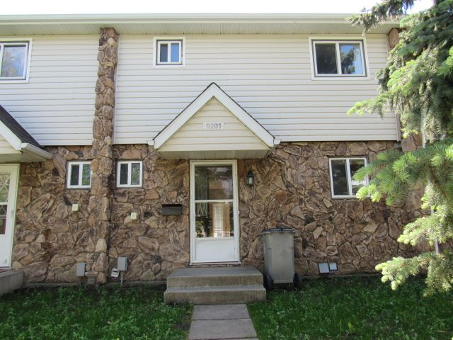 Main Photo: 9201 Morinville Drive in Morinville: Townhouse for rent