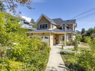Photo 1: 828 17TH Street in West Vancouver: Ambleside House for sale : MLS®# R2616452