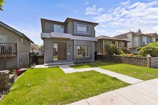 Photo 2: 2620 ADANAC Street in Vancouver: Renfrew VE House for sale (Vancouver East)  : MLS®# R2584945