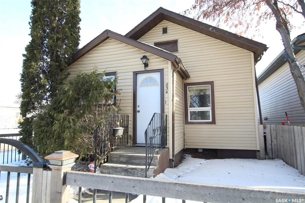 Main Photo: 834 H Avenue North in Saskatoon: Caswell Hill Residential for sale : MLS®# SK800164