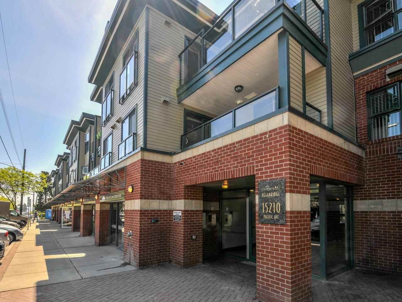 Spectacular location in the heart of White Rock! Fully renovated 1,335sqft, 2bed, 2bath plus den.  this complex is pet & rental friendly with no age restrictions. TWO parking stalls & storage locker