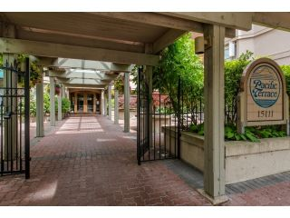 """Photo 2: 707 15111 RUSSELL Avenue: White Rock Condo for sale in """"PACIFIC TERRACE"""" (South Surrey White Rock)  : MLS®# R2074159"""