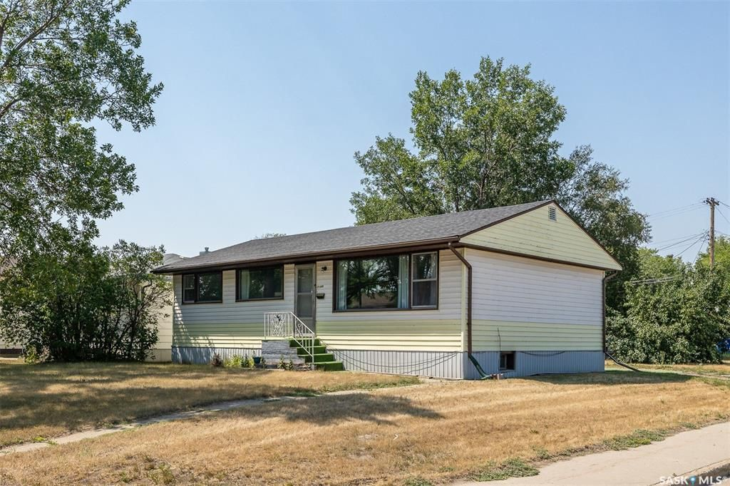Main Photo: 1301 N Avenue South in Saskatoon: Holiday Park Residential for sale : MLS®# SK872234