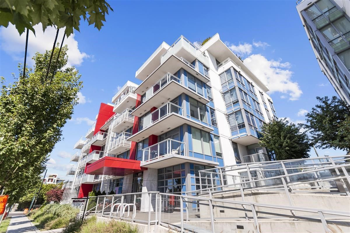 """Main Photo: W305 677 W 41ST Avenue in Vancouver: Oakridge VW Condo for sale in """"41 West"""" (Vancouver West)  : MLS®# R2605718"""