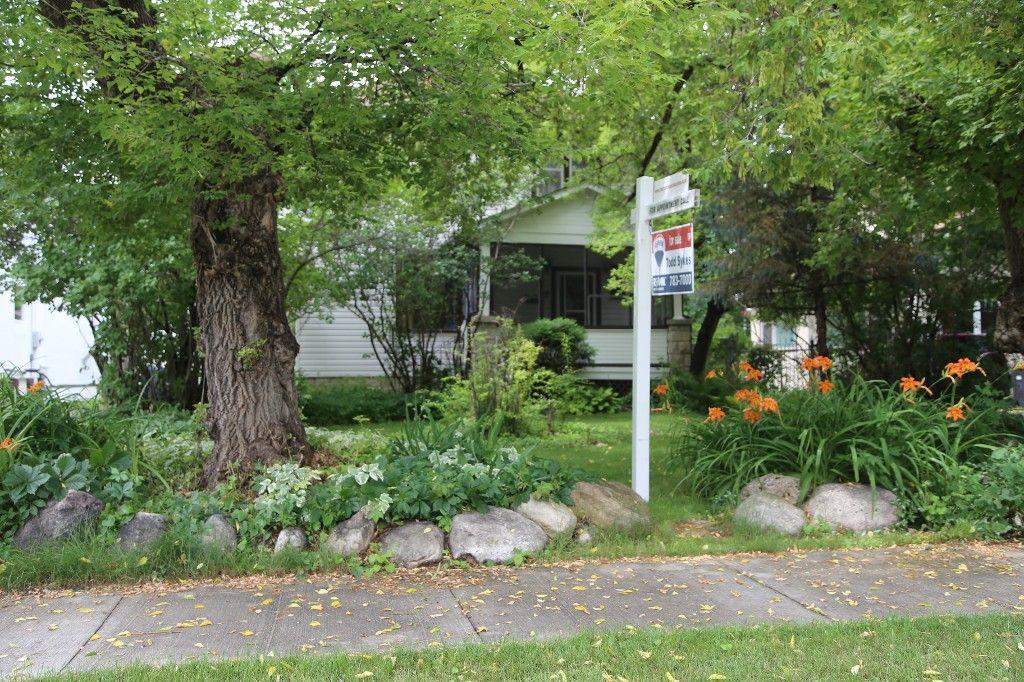 Photo 2: Photos: 154 Douglas Park Road in Winnipeg: Bruce Park/ St. James Single Family Detached for sale (West Winnipeg)  : MLS®# 1519811