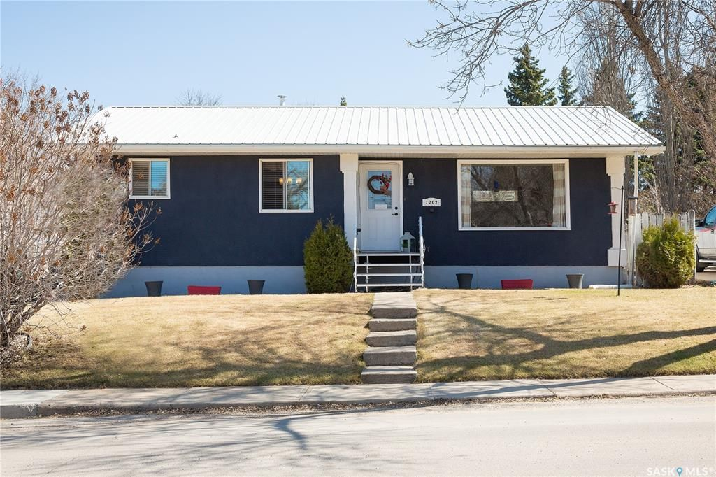 Main Photo: 1202 McKay Drive in Prince Albert: Crescent Heights Residential for sale : MLS®# SK851212