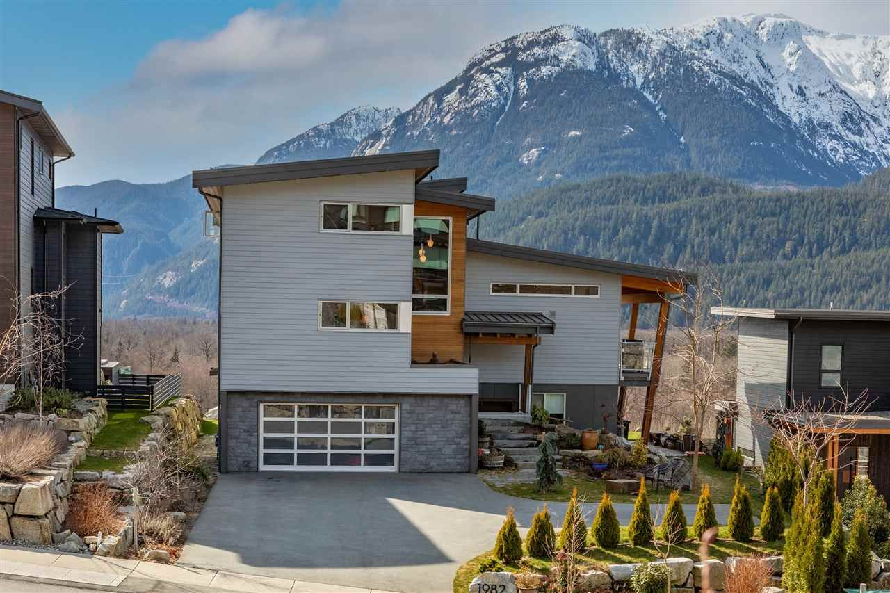 Main Photo: 1982 DOWAD Drive in Squamish: Tantalus House for sale : MLS®# R2553692