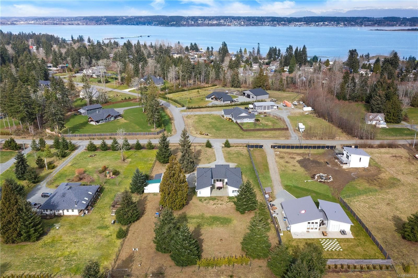 Main Photo: 3641 Cameron Rd in : CV Courtenay South House for sale (Comox Valley)  : MLS®# 869201