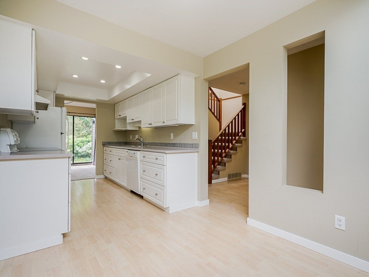 """Photo 8: Photos: 4713 GLENWOOD Avenue in North Vancouver: Canyon Heights NV Townhouse for sale in """"Montroyal Village"""" : MLS®# R2464484"""