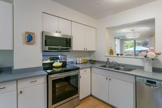 """Photo 3: 4784 LAURELWOOD Place in Burnaby: Greentree Village Townhouse for sale in """"GREENTREE VILLAGE"""" (Burnaby South)  : MLS®# R2375023"""