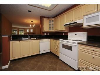 Main Photo: 111 1083 Tillicum Rd in VICTORIA: Es Kinsmen Park Condo for sale (Esquimalt)  : MLS®# 530725